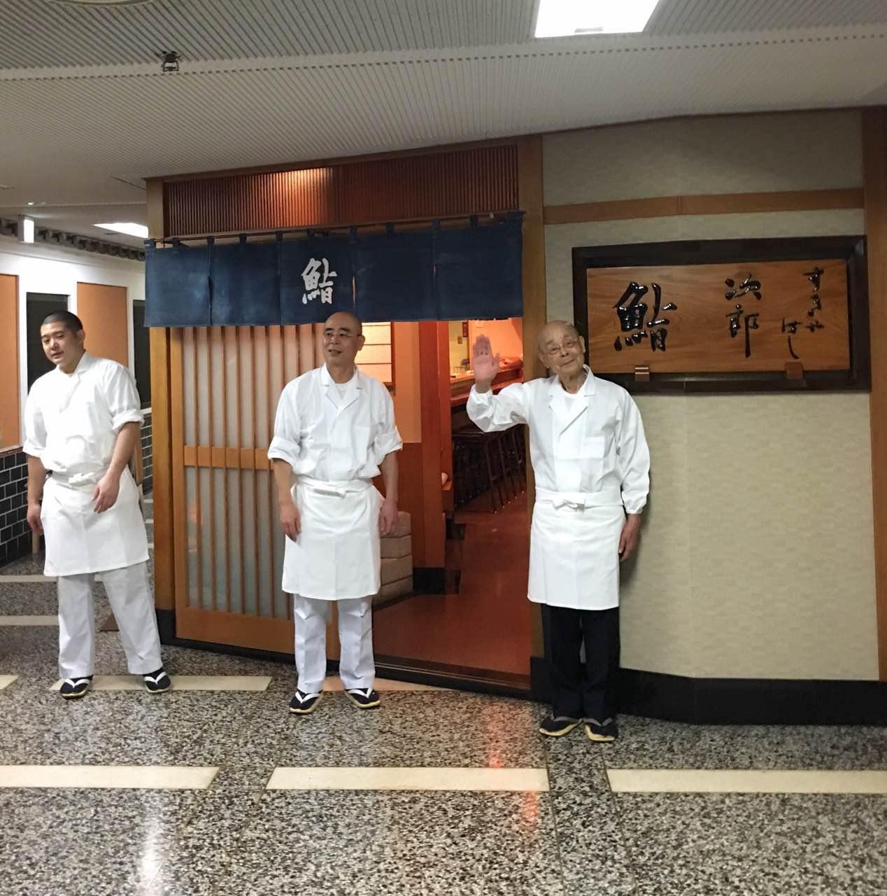 小野二郎与大儿子小野祯一,以及一学徒,这笑容其实不容易见到......图片来源TastyTrip