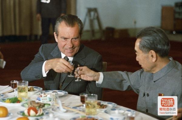1972年尼克松访华与周恩来在国宴上敬酒碰杯