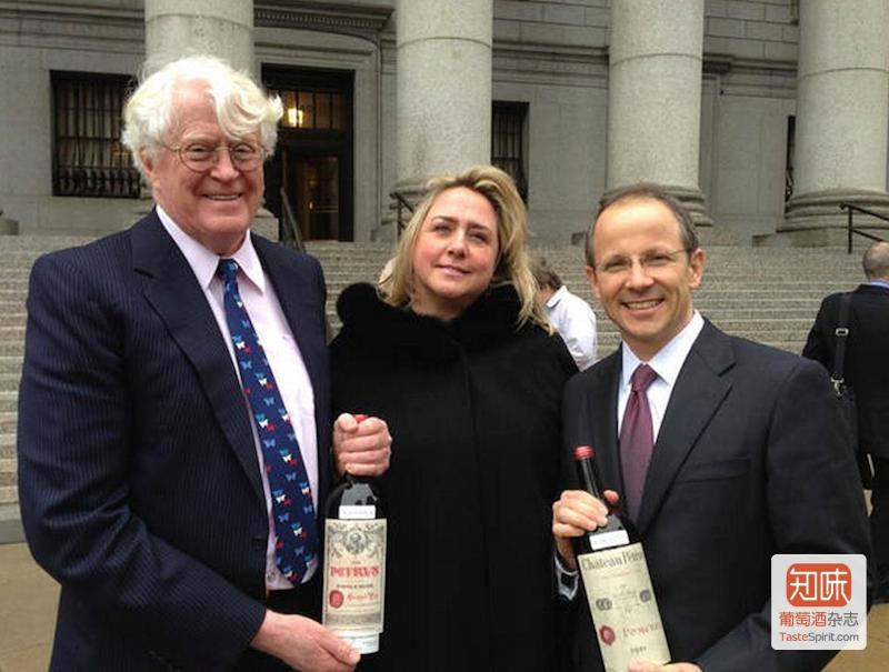 Bill Koch(左),莫琳·唐妮(中)以及Koch的首席律师举着买来的假酒合影。这场诉讼中唐妮帮Bill Koch挽回了1200万美元的费用,但这都没挽回这位富翁的全部损失。图片来源Drinking Wine @facebook