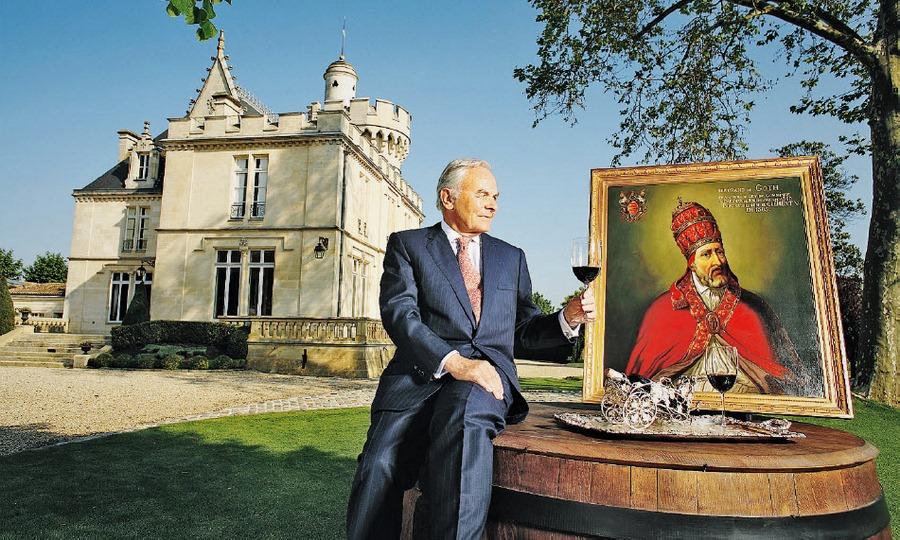 庄主贝尔纳·马格雷在克莱蒙教皇酒庄前与教皇克莱蒙五世的画像合影