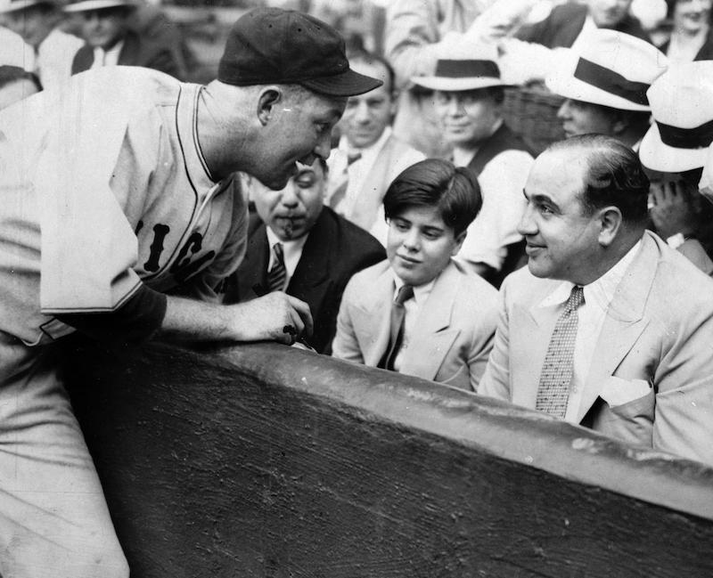 Al Capone带儿子去看芝加哥小熊队的传奇棒球手Gabby Hartnett比赛并找他签名