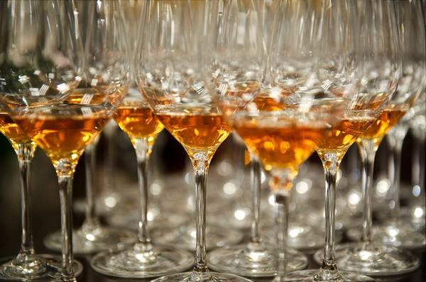 品鉴通常含硫较高的甜白葡萄酒有提前醒酒散硫的必要,来源:Luc Viatour