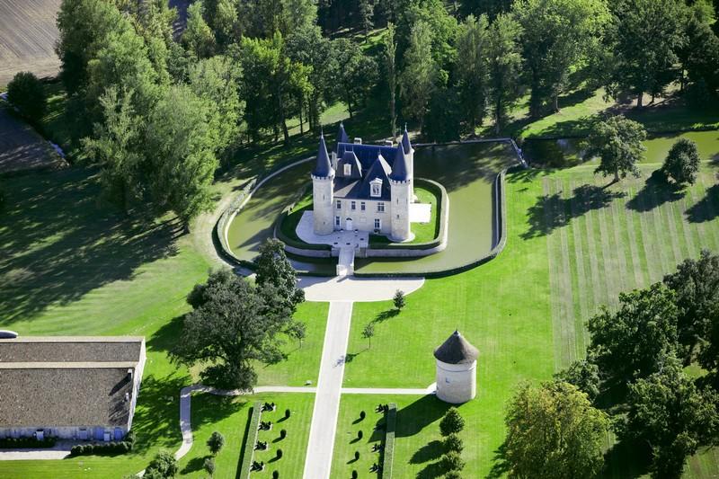 从空中俯瞰上梅多克产区的中级名庄 达加萨克酒庄(Château d'Agassac)