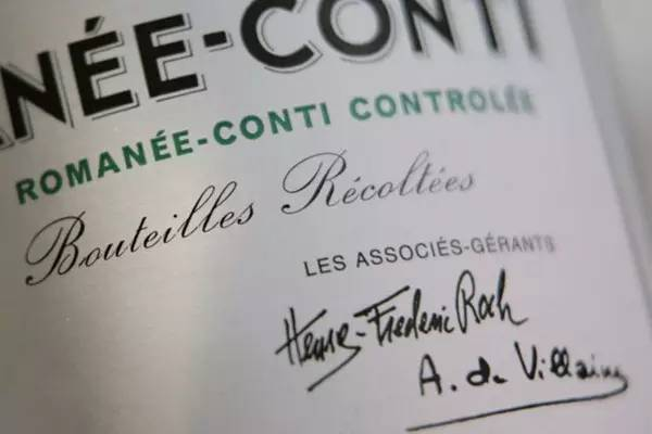 酒标上有两位共同管理者的签名,来源:DRC