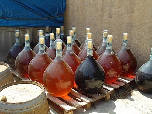 讲究在控制的条件下让酒体被氧化,可以通过各种大小和年龄的橡木桶
