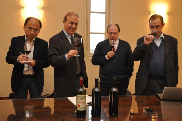 记者团在品鉴帕图斯Pétrus 2008,2009和2010三个年份的葡萄酒