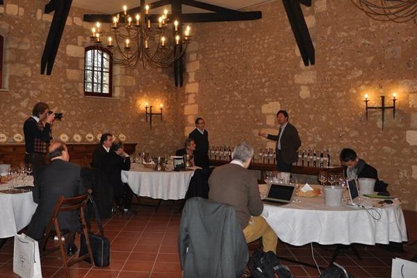 知味葡萄酒杂志参加的国际记者团在卡尔邦女酒庄(Château Carbonnieux)品鉴格拉夫产区列级庄的葡萄酒,来源:知味葡萄酒杂志
