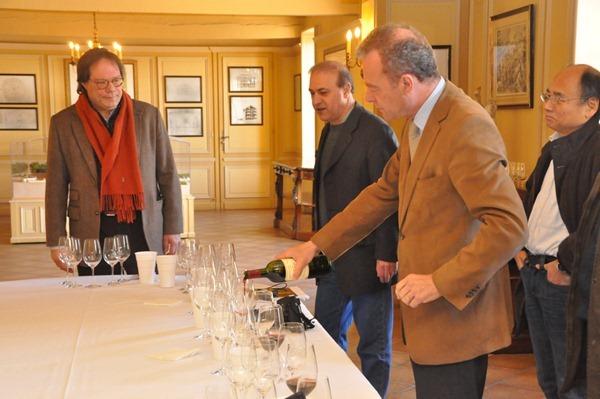 玛歌酒庄总经理兼首席酿酒师保罗·彭塔利先生(Paul Pontallier)亲自为记者团侍酒
