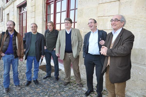 拉菲古堡的总经理查尔斯·舍瓦利尔(Charles Chevalier,右一)在门口欢迎酒评家布尔奇(右二)带队的记者团的到来