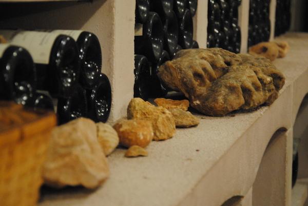 除了一瓶瓶的葡萄酒,Bruno Clavelier的品鉴室里最显眼的就是酒架上和桌子上随意摆放的一块块石头,图片来源:苏雅