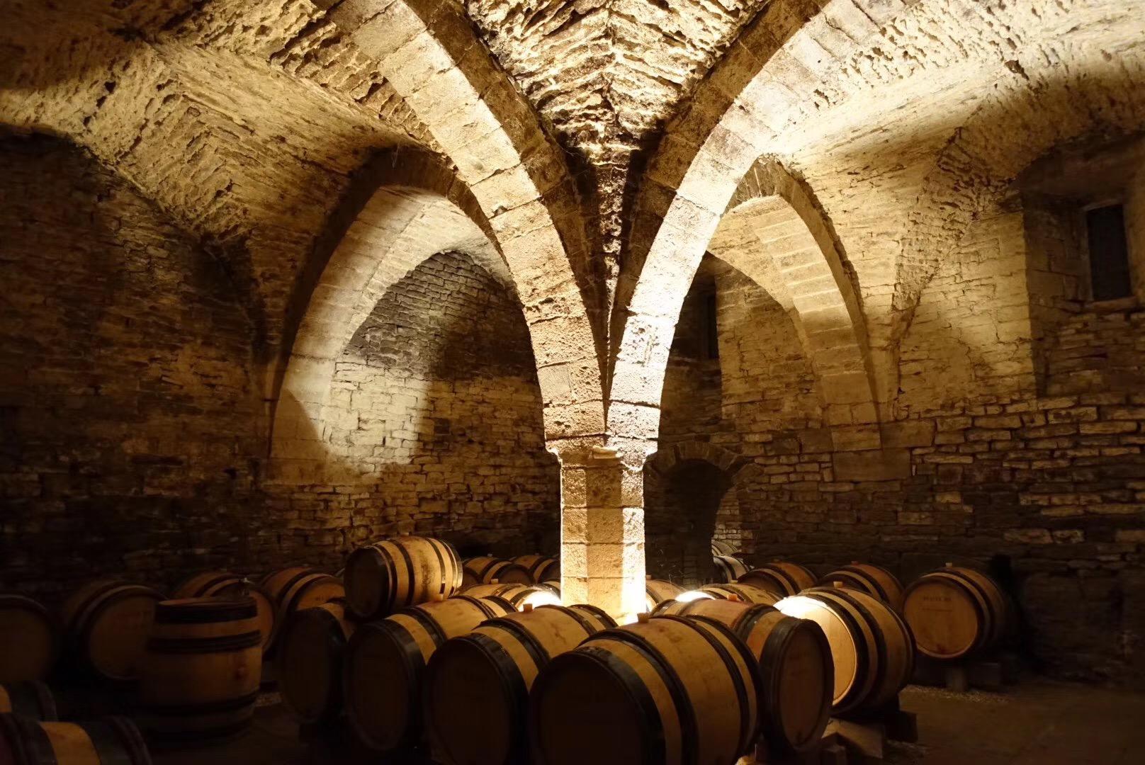 Dugat-Py酒庄11-12世纪由天主教修士修建的古老修道院酒窖,摄影:知味葡萄酒杂志主编朱思维