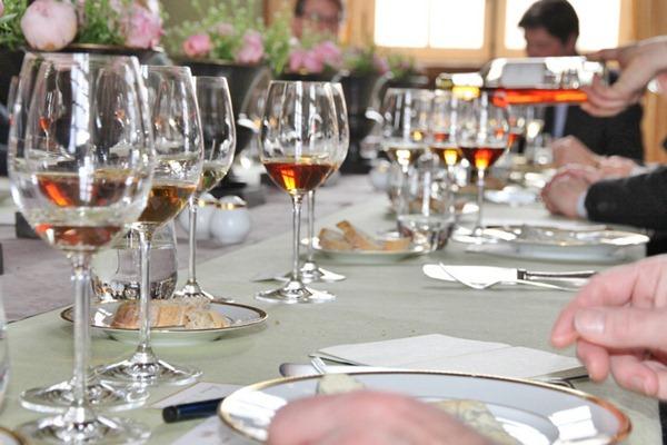 知味记者在苏玳产区的滴金酒庄(Château d'Yquem)品鉴的1947和1988年份,颜色真是喜人