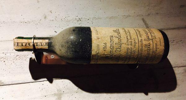 Amarone della Valpolicella 1966,仔细的朋友的可以看出当时的瓶型还是波尔多型并非现在的类勃艮第型,而酒标的设计还有字体和今天的并没有巨大的变化。