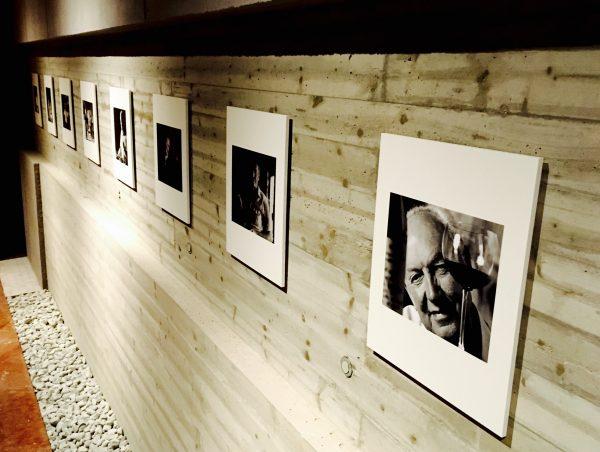 走廊尾端的另一边则是为了纪念创始人所设计的照片墙,也是酒庄成长的缩影
