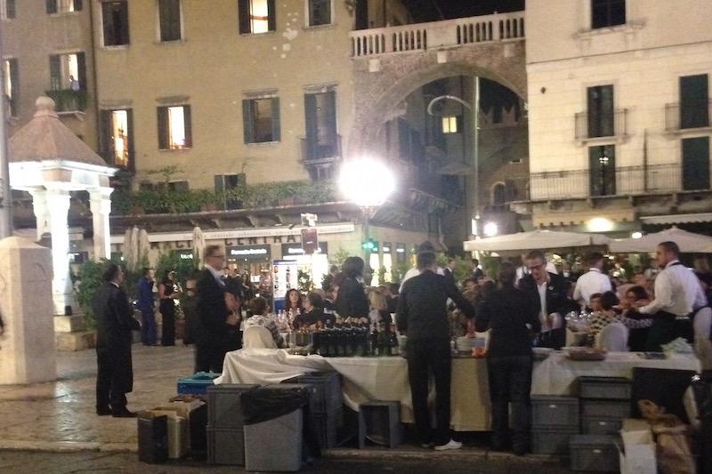 晚上八点半,路过维罗纳广场的时候,当地艺术家协会正在举办露天晚宴,等我一点半吃完甜品回来的时候,他们正吃到兴头上……