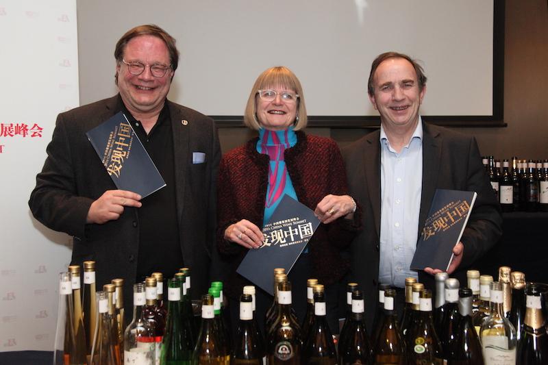 杰西斯·罗宾逊、贝尔纳·布尔奇和伊安·达加塔三位大师共同品评中国葡萄酒