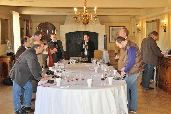 记者团在品鉴玛歌酒庄2008和2009两个年份的葡萄酒