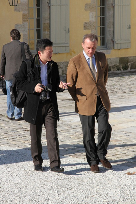 知味葡萄酒杂志驻法代表高翔在和玛歌总经理兼首席酿酒师保罗·彭塔利先生交谈