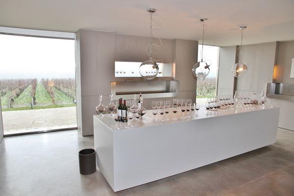 拉图酒庄超现实主义风格装饰的品酒室,安谧素雅