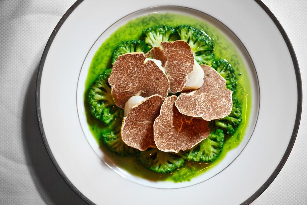 Corolle de noix de Saint-Jqcques et brocoli à la truffe blanche d'Alba