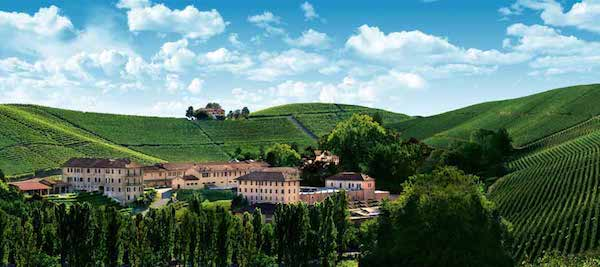 群山环抱,绿树掩映的国王行宫与泉妃 (Fontanafredda)酒厂。周边的梯田就是葡萄园。