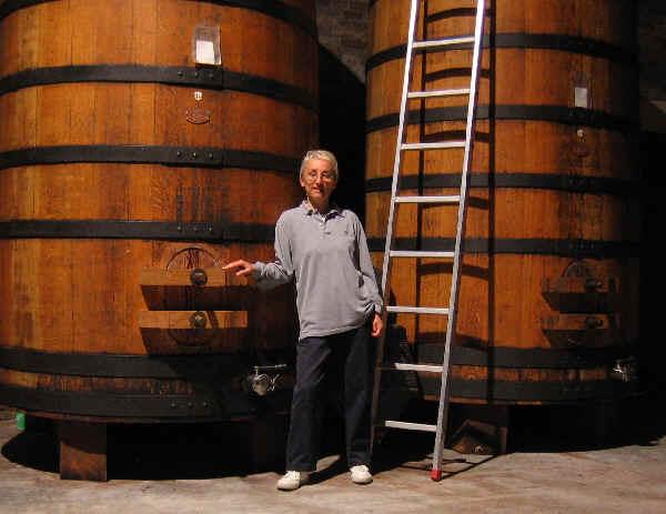 玛利亚站在这些大桶前,图片来源:weimax.com