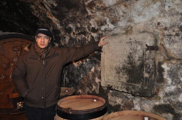 吉佳乐世家(E. Guigal)现任庄主兼酿酒师菲利普·吉佳乐(Philippe Guigal)在向知味团队介绍酒窖里的中世纪遗迹,来源:高翔