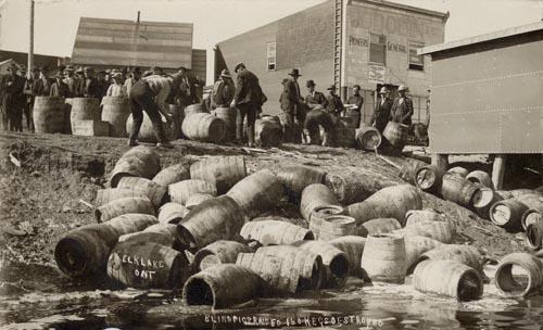 禁酒令时期的美国,酒厂的存货被直接倒入湖中