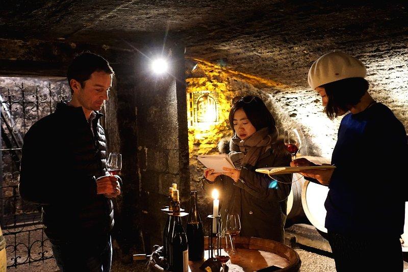 知味团队拜访Rebourgeon-Mure酒庄在17世纪的酒窖里品鉴