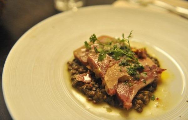 鸭珍鸭肝配绿扁豆(Terrine de kako et foie gras de canard, lentilles au vieux vinaigre  11€)
