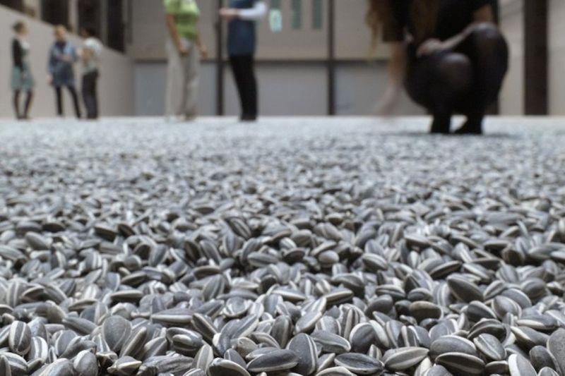 当代艺术家艾未未创作的,由逾1亿颗手工制作的陶瓷葵花籽组成的巨大地毯,既讨论其日常性,也含政治隐喻