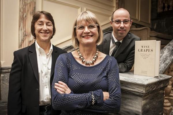 《酿酒葡萄》(Wine Grapes)的三位作者:杰西斯·罗宾逊(Jancis Robinson)、茱莉亚·哈定(Julia  Harding)及何塞·弗拉穆茲(José Vouillamoz),来源:winegrapes.org