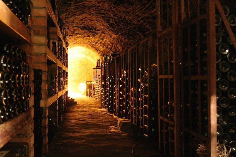 长时间的储藏葡萄酒,需要专业的酒窖或者酒柜,图片来源:wikipedia