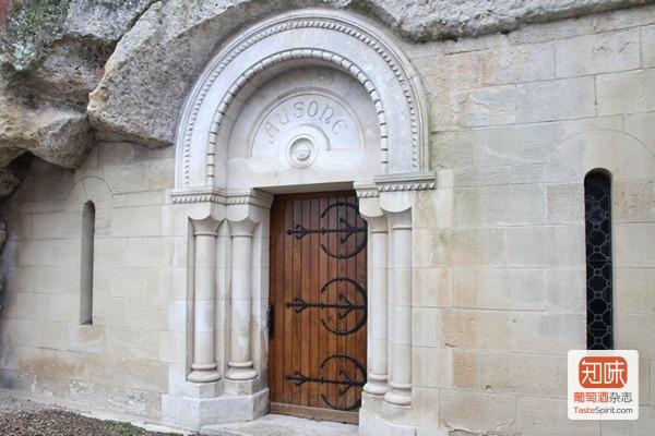 欧颂酒庄(Château Ausone)标志性的酒窖大门