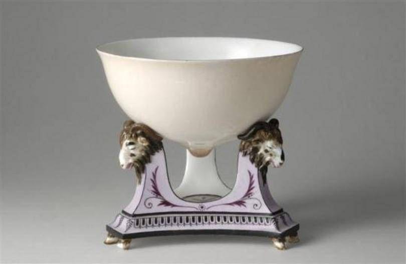 传说第一款香槟专用杯就是蓬巴杜夫人要求用自己左侧乳房为原型设计的,不过,传说还有很多其他版本,涉及的女士包括拿破仑第一任妻子、皇后约瑟芬及奥地利女大公、路易十六的王后玛丽·安托瓦内特……