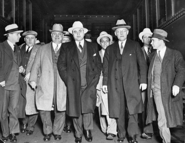 Capone和他的心腹团队,位于他左右手的是他聘用的法律顾问