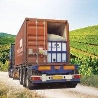汽车运输中的装箱液袋(flexitank),图片来源:Hillebrand