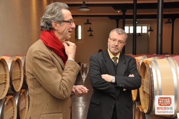 克里斯蒂安·莫艾克斯(Christian Moueix,左)和奥萨娜酒庄(Château Hosanna)的酿酒主任(右)在酒窖里做介绍