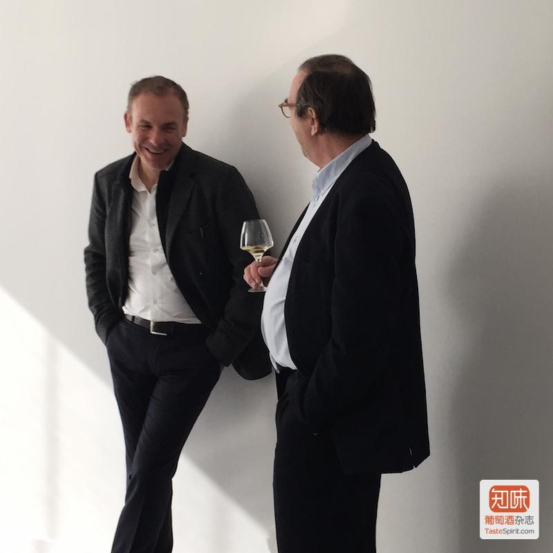Toutoundji与酒评家Bernard Burtschy交谈正欢。