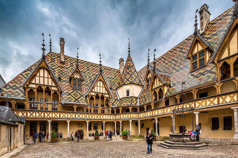 伯恩济贫院(Hospice de Beaune),华丽的屋顶其实是其内侧,而外侧则非常朴素,用来防范强盗。