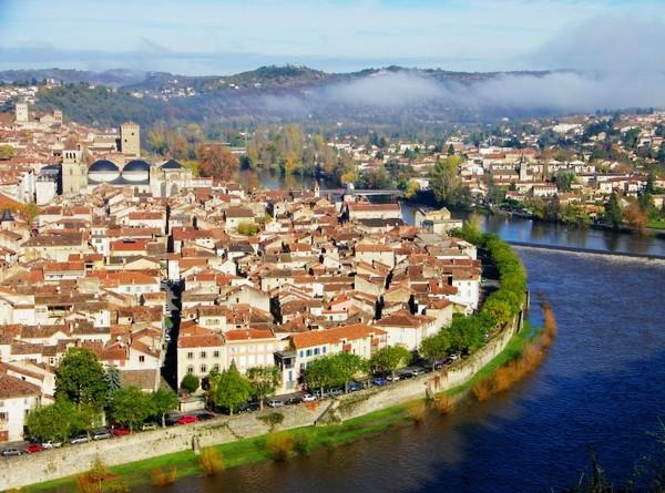 被洛特河环绕的卡奥尔城(Cahors),图片来源:linternaute