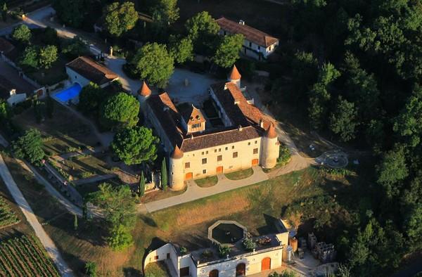 从空中俯瞰丹麦王室的卡伊酒庄 (Château de Cayx)城堡