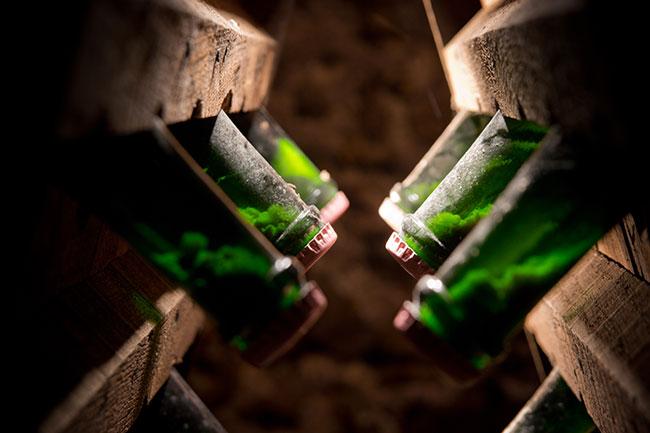 如今工艺成熟,会采用向酒瓶添加糖和酵母的方法,鼓励酒在瓶内再次发酵。图片来源:Champagne Bliard Moriset