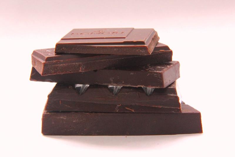 这是不同巧克力品牌制作的巧克力,可可豆都来自委内瑞拉名村Chuao,从上倒下依次为Domori, Amano, Amedei, Bonnat, 以及 Pralus,图片来源:kokobuzz.wordpress.com