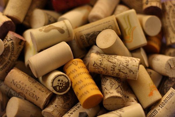 软木塞 vs 螺旋盖:哪种葡萄酒瓶塞更好?