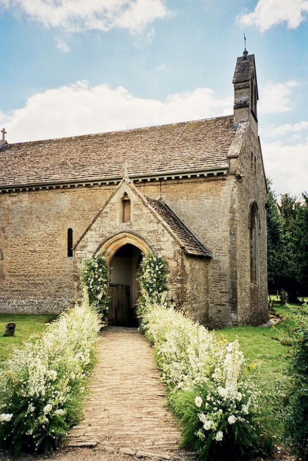 举办婚礼的12世纪乡村小教堂,来源:Vogue