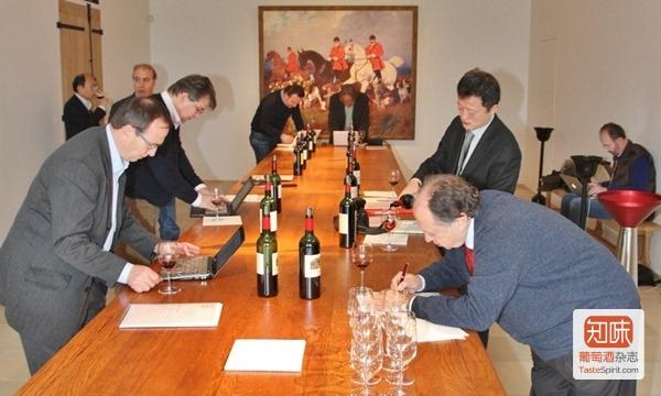 记者团在奥萨娜酒庄(Château Hosanna)品鉴莫艾克斯家的8款波尔多右岸葡萄酒
