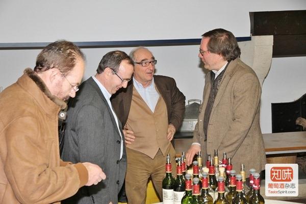 """拉菲总经理舍瓦利尔先生在和他的葡萄酒一起接受记者团的""""考验"""""""