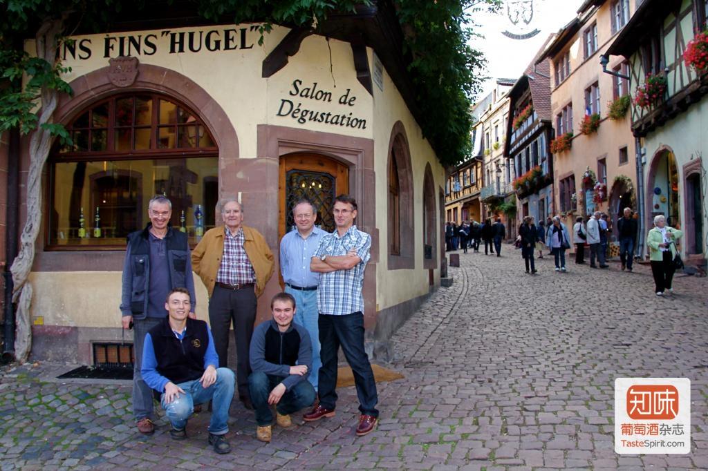 现在掌管雨果酒庄的三代人,前排让-弗雷德里克、马克-安德烈两兄弟,摄于镇中品酒屋前