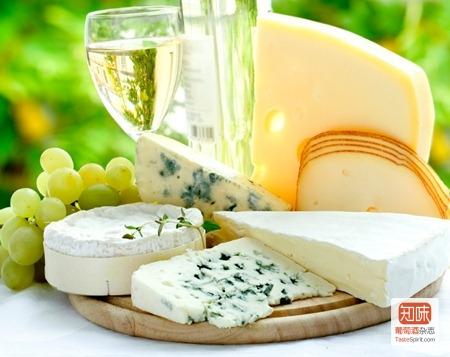 搭配白皮诺(Pinot Blanc)白葡萄酒的富尔姆(Fourme)青纹奶酪(前排)